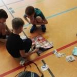 Die Kids beim Kartentauschen